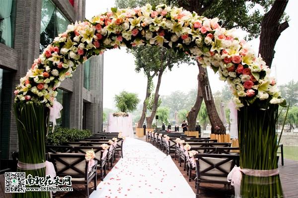 如何布置鲜花婚礼拱门?|鲜花拱门布置方法